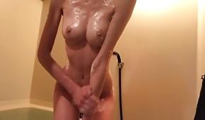 Mokré kotě masturbuje v koupelně