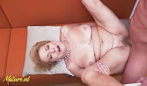 Dobrý sex se zralou blondýnkou na stole