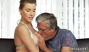 Políbil pipetu s mladou holkou