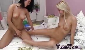Nahé a opálené dívky se baví v ložnici