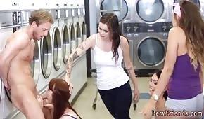 Hezké dívky táhnou ptáka v prádelně