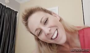 Veselá maminka trhne penisem a olizuje koule