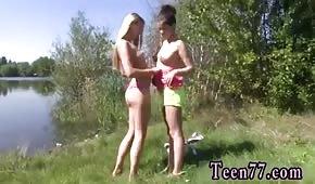 Krásné dámy u rybníka