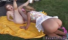 Mladé děvky hrají na dece