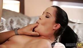 Bruneta saje její velký prst během sexu