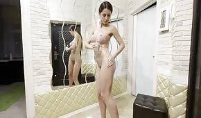 Naolejované tělo silikonové brunety
