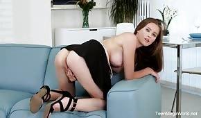 Krásná Stacy Cruz masturbuje na gauči