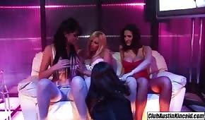 Lesba si hraje se třemi fenkami