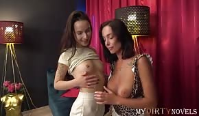 Krásné dámy si před mužem hrají se svými kozičkami