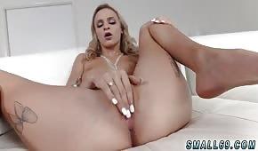 Krásná ruská dívka hladí svou kundičku před mužem