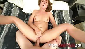 Zrzka maminka saje dlouhý penis před sexem
