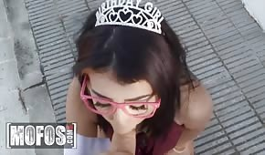 Princezna saje péro před sexem