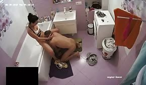 Fena dělá kouření v koupelně