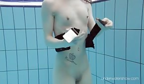 Zrzavá panenka plave pod vodou