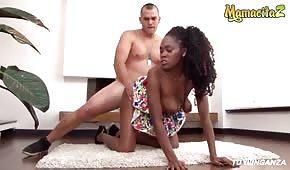Sex na koberci s pěknou černou ženou