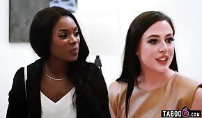 Olízla štěrbinu nádherné černé dívky