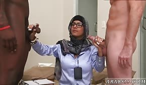 Stydlivá arabská žena bičuje dva kohouty
